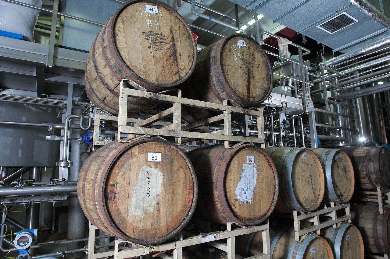 不同的木桶,可帶給啤酒不同的風味。 記者陳睿中/攝影