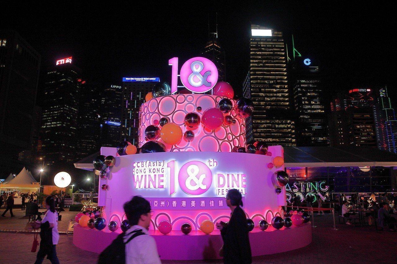 為慶祝10周年,本屆香港美酒佳餚巡禮特設置7公尺高的巨型蛋糕。 記者陳睿中/攝影