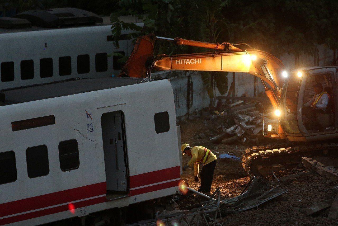 台鐵普悠瑪列車出軌翻覆,正由台鐵行車保安委員會調查事故原因。 圖/聯合報系資料照...
