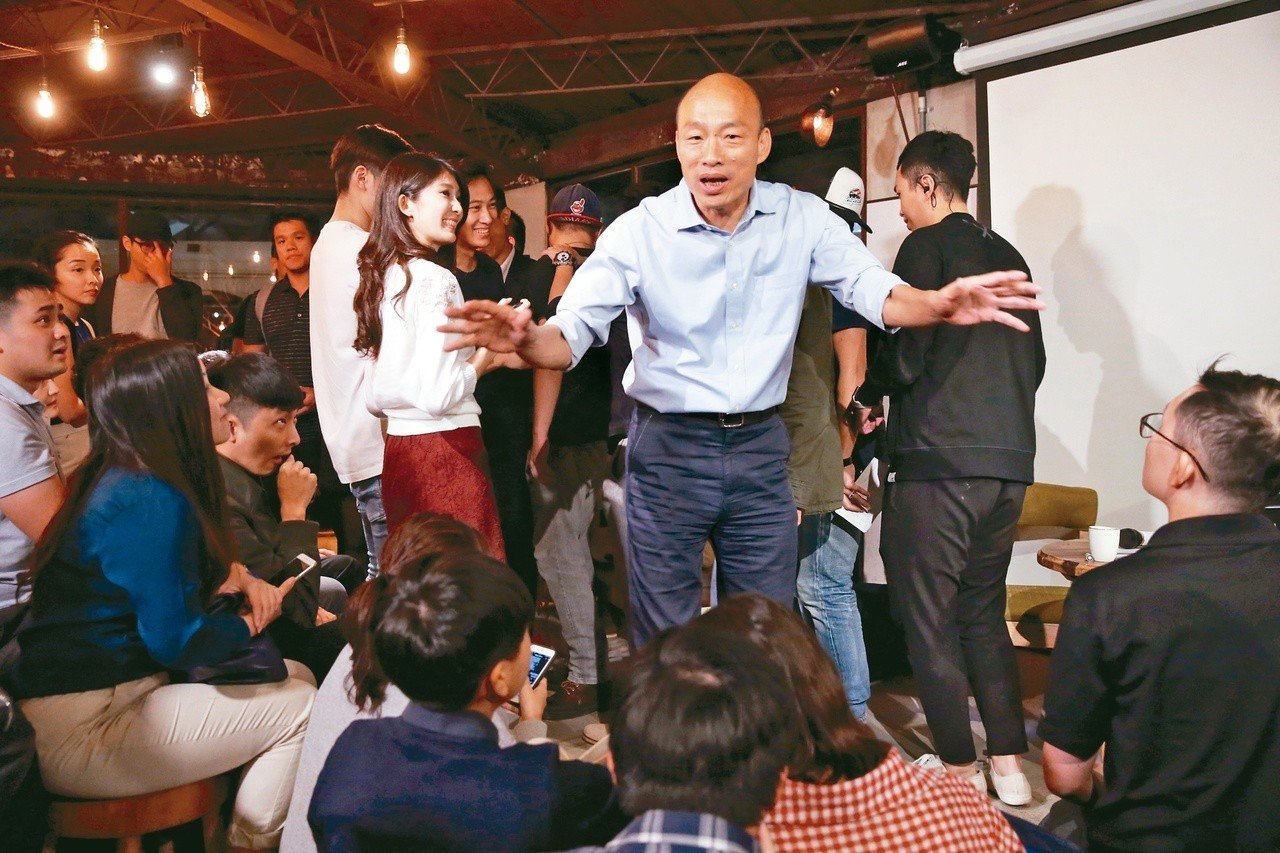 國民黨高雄市長候選人韓國瑜(中)到台北與高雄北漂年輕人座談。 圖/聯合報系資料照...