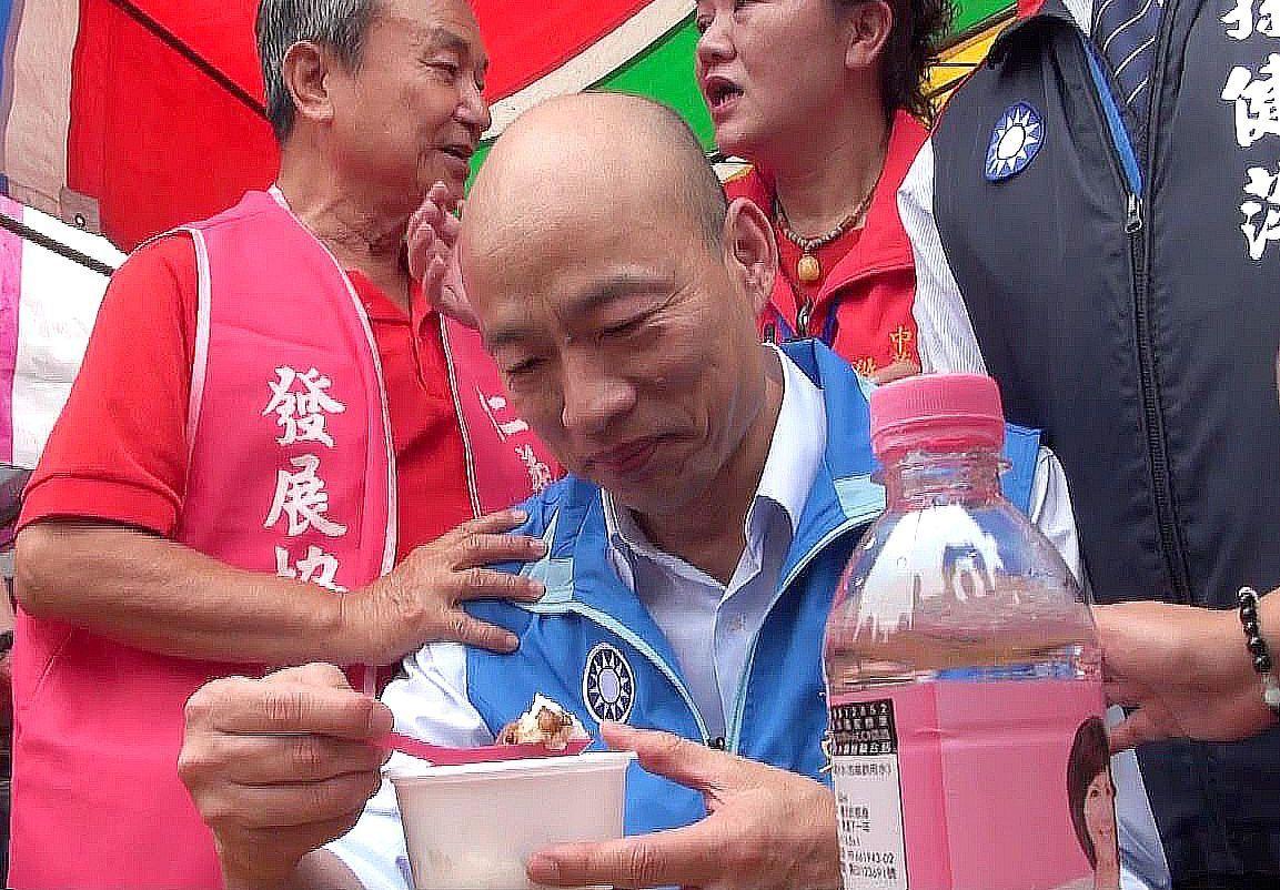 韓國瑜吃著滷肉飯,配一瓶礦泉水,展開高雄市長選戰。 圖/聯合報系資料照片