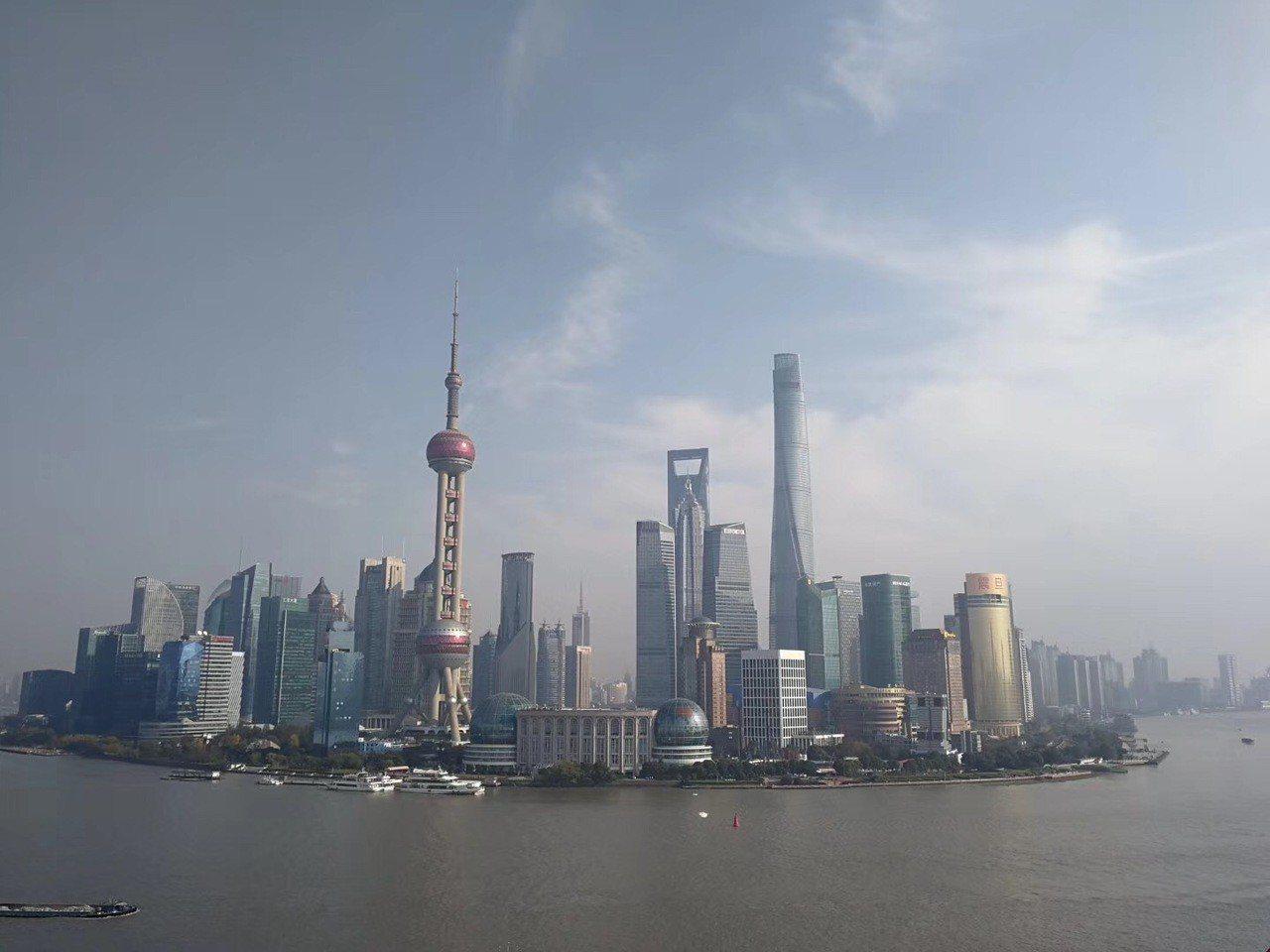 新華社旗下的《經濟參考報》指出,大陸相關部門正在緊鑼密鼓研討制定下一步減稅降費的...