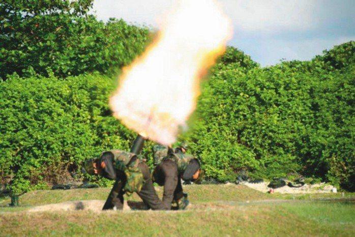 海巡署預計選前在太平島進行實彈射擊訓練遭質疑。圖為南沙太平島部署120迫擊砲。...