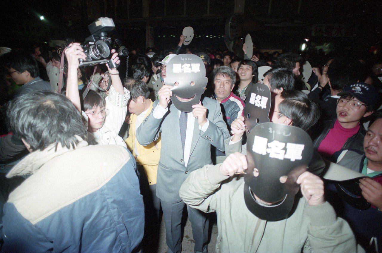 1989年時任台獨聯盟美國本部主席的郭倍宏返台助選,支持群眾戴上「黑名單」面具掩...