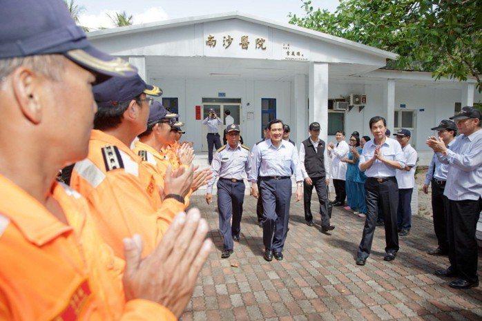 2016年1月30日,時任總統的馬英九登太平島。 圖/軍聞社提供