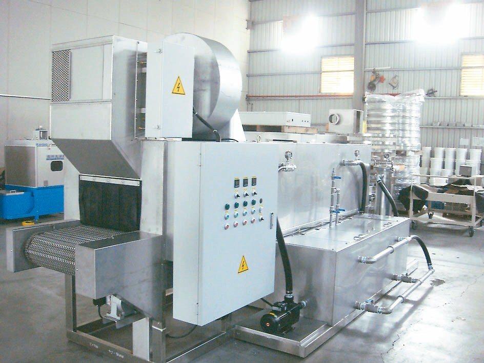 寬揚公司推出適合大批零件洗淨用的通過式自動零件洗淨機,零件清洗快速又環保。 寬揚...
