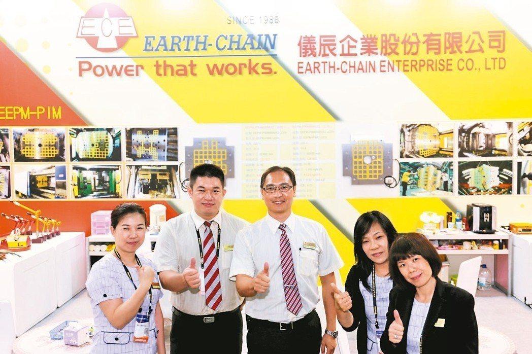 儀辰公司執行副總經理陳志忠(中)與員工於展場合影。 黃奇鐘/攝影