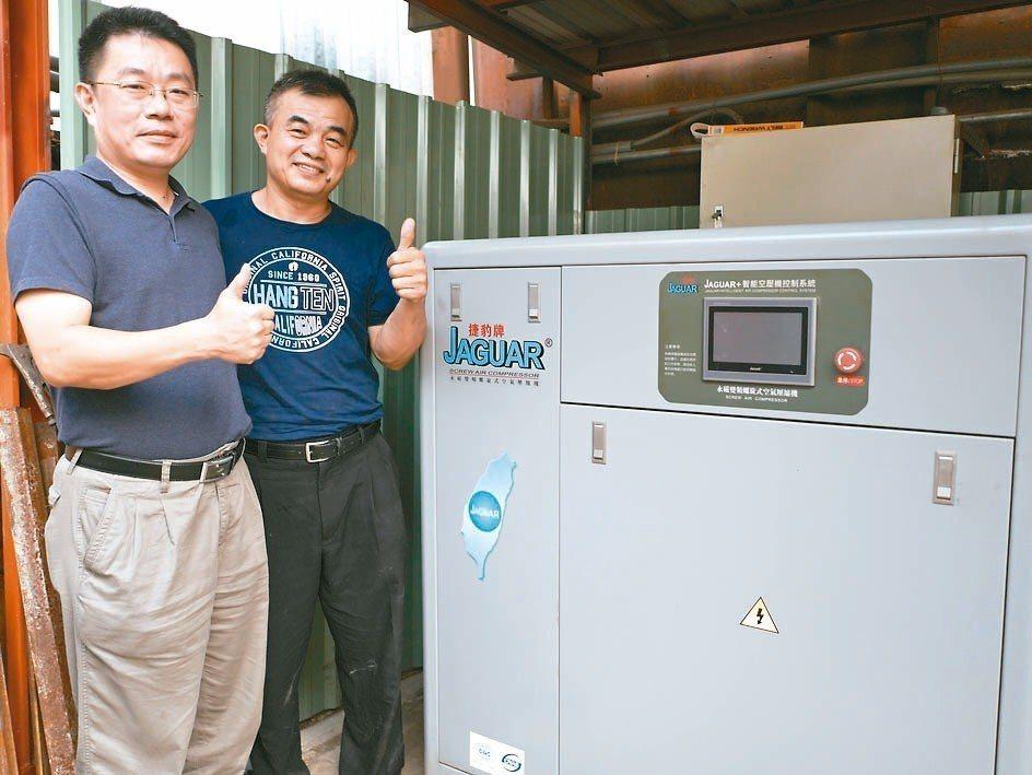宗興精密機械負責人王宣權(右)與鑫邦企業代表徐士傑,對捷豹空壓機實際運作的節能效...