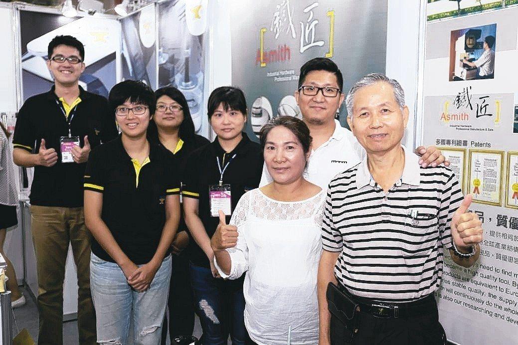 金石門總經理江錦華(右一起)夫婦與金石門企業夥伴在展場合影。 黃奇鐘/攝影