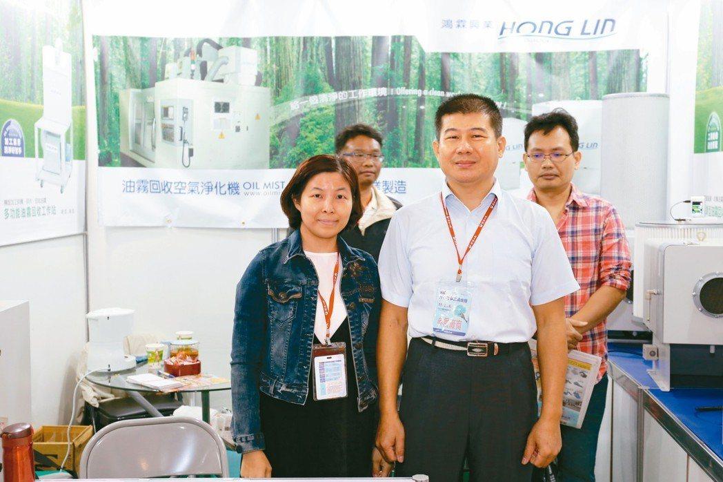 鴻霖興業公司董事長吳國熏(前右)夫婦與好友於展場合影。 黃奇鐘/攝影