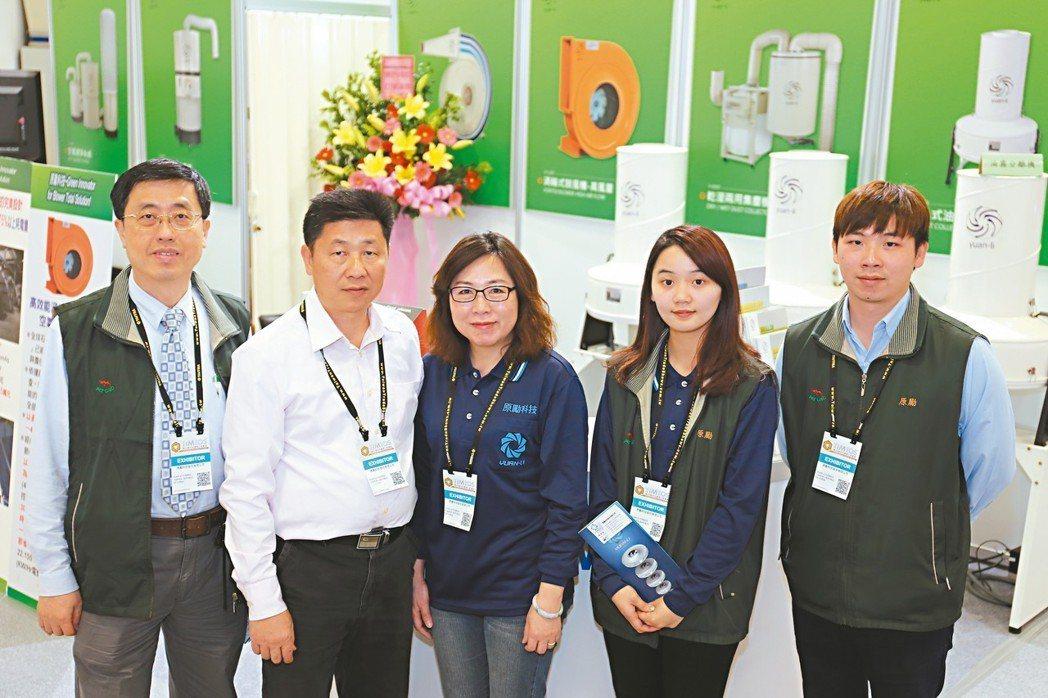 原勵科技董事長陳敬忠(左二)夫婦與夥伴合影。 黃奇鐘/攝影
