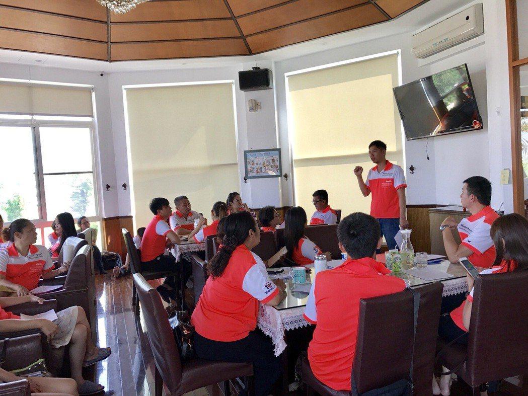 董事長沈健興(右前)致力於多元化發展經營及人員的教育訓練。 雲林地產王/提供