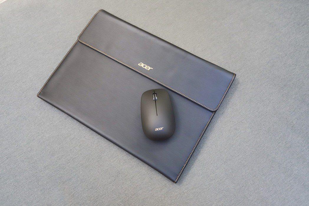 隨機附贈的筆電包及滑鼠也走高質感路線。 彭子豪/攝影