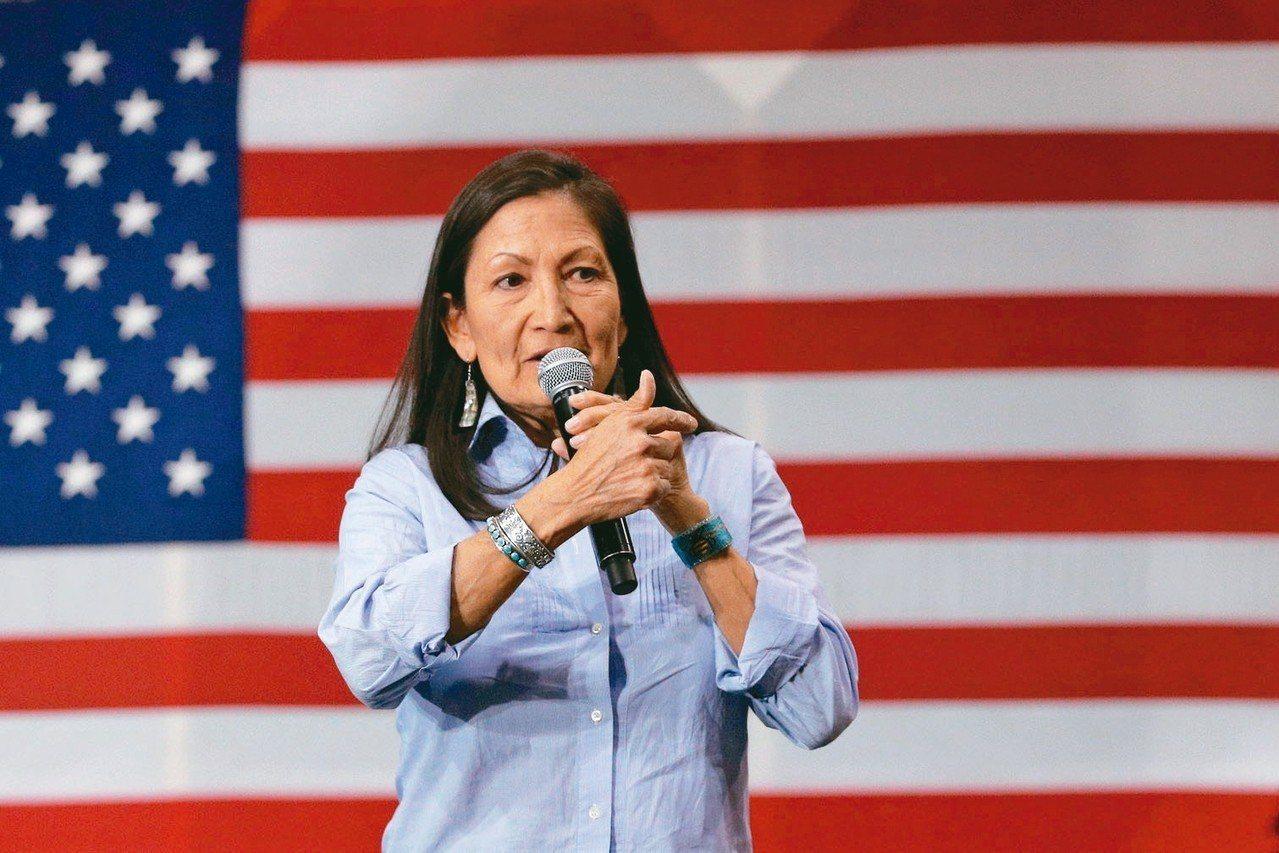 首位原住民/墨西哥州眾議員候選人德布.哈蘭勝選,成為美國會的首位美洲原住民女性。...