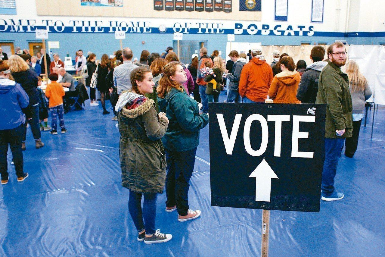 美國6日舉行期中選舉,選民在投票所排隊等候。 路透