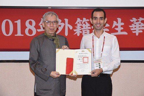 國父紀念館館長梁永斐(左)頒發冠軍得主來自秘魯的樊博聞同學。 國父紀念館/提供