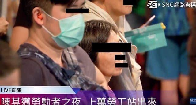 一名男子被拍到在陳其邁造勢場戴耳塞。圖取自朱學恒臉書