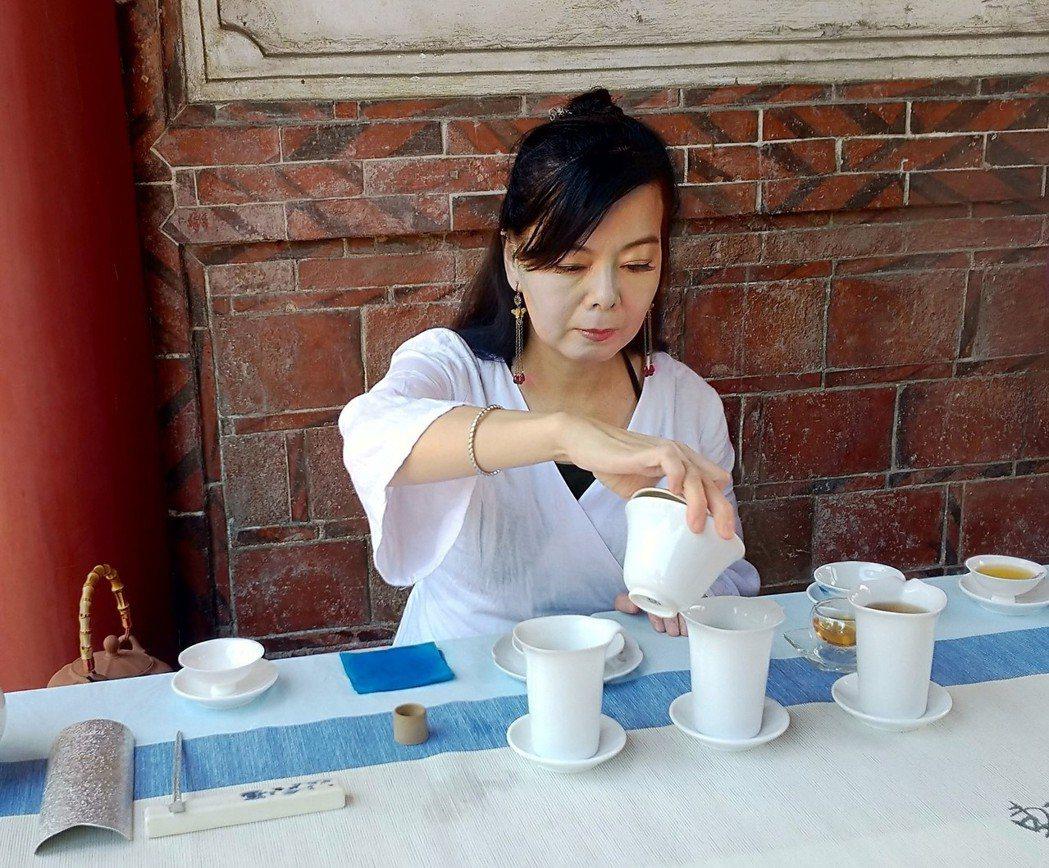 典禮中邀茶人擺席奉茶,明道大學中文系學生則任志工端送。 明道/提供。