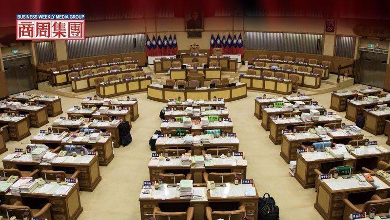 11月5日星期一新北市議會,本該審預算的日子,議員們卻集體請假,為了跑選舉,議場...
