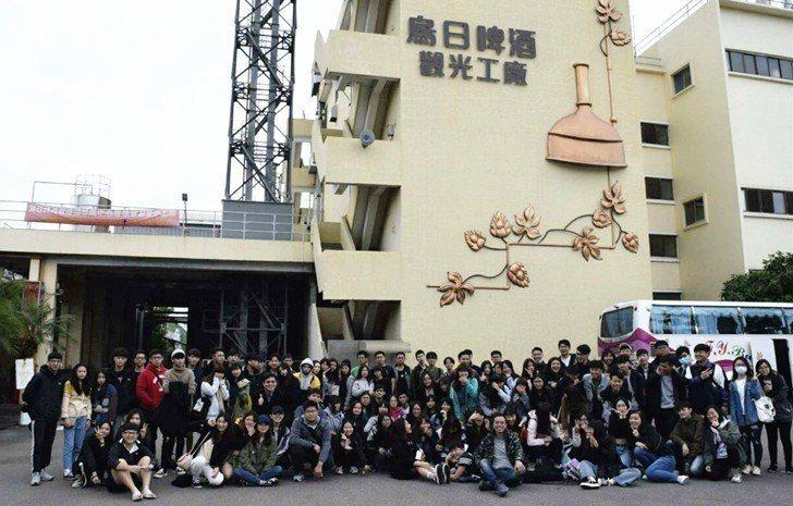 中國科技大學行銷與流通管理系大一新生們參訪台中烏日啤酒廠。 中國科大/提供