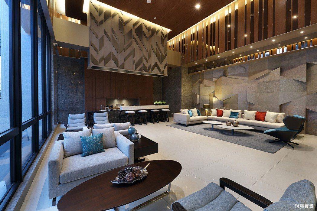 【交誼廳】坐下來,沙發上,靜覽時光悠緩。圖片提供/城揚建設集團