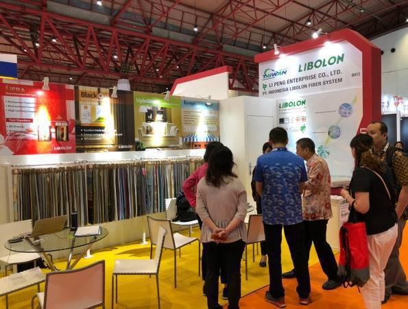 駐印尼代表處經濟組到場關心臺灣館廠商展出情形。 紡拓會/提供