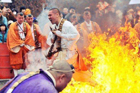 「南!無!阿!彌!陀!佛~!」圖為日本「真言宗醐醐派」的僧侶,在埼玉縣的長瀞火祭...