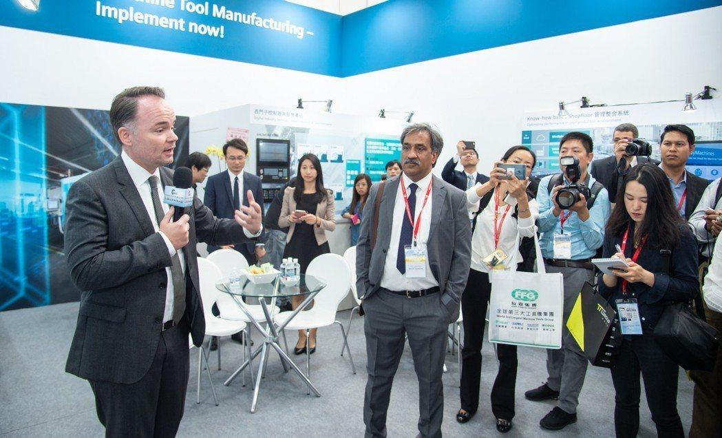 西門子總經理Tino Hildebrand(左)向國際媒體說明西門子工具機數位製...