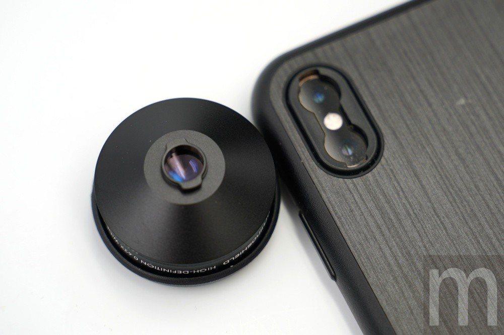 新款卡扣設計僅需將鏡頭底部卡進新轉接環配件凹槽,再將鏡頭轉個方向即可固定