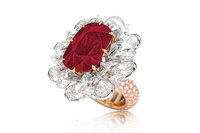 今年4月蘇富比香港拍賣會一顆24.70克拉「緬甸鴿血紅」紅寶石鑽戒,以逾8,63...