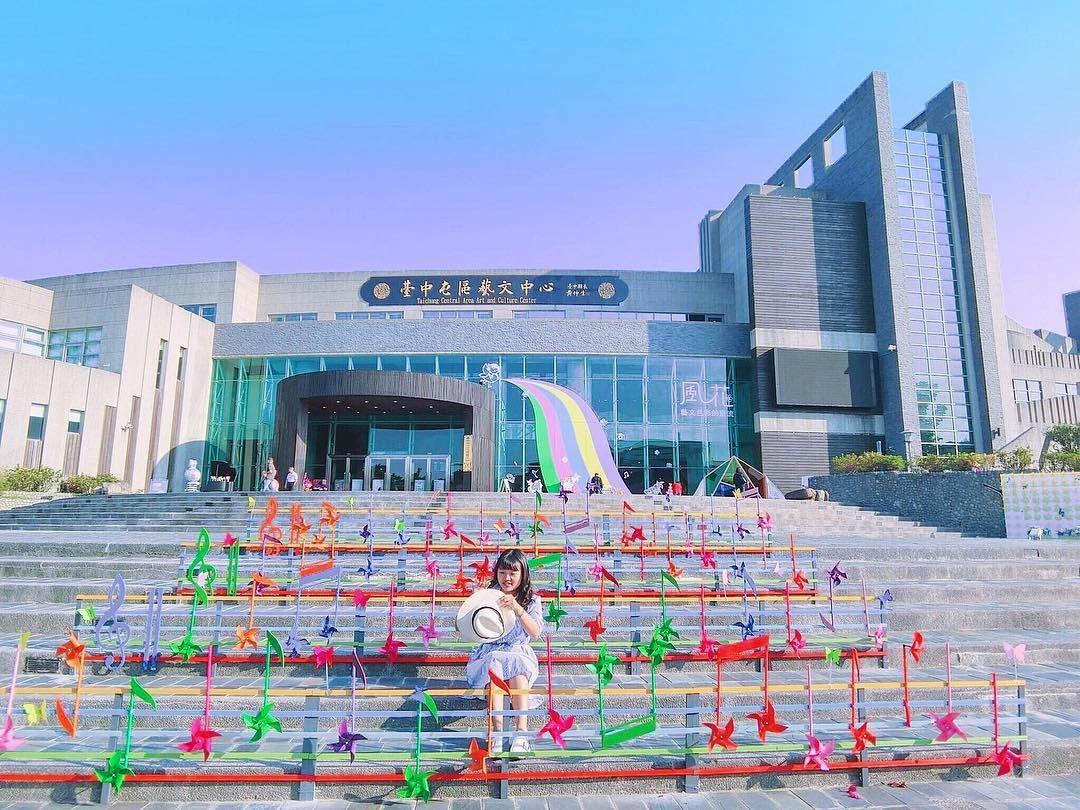 (圖/IG@vlftjwls_9提供) ▲屯區藝文中心大門階梯上擺放了許多風車迎...