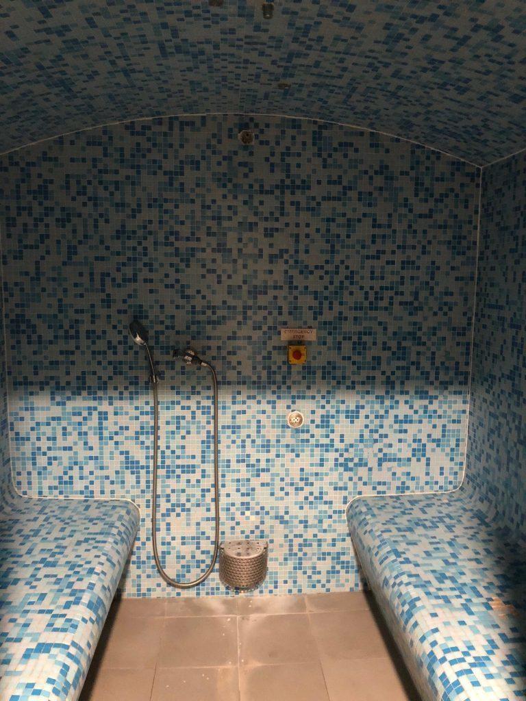 這間蒸氣室號稱是 Hammam Bath,但感覺除了磁磚和房間的形狀,和一般蒸氣...