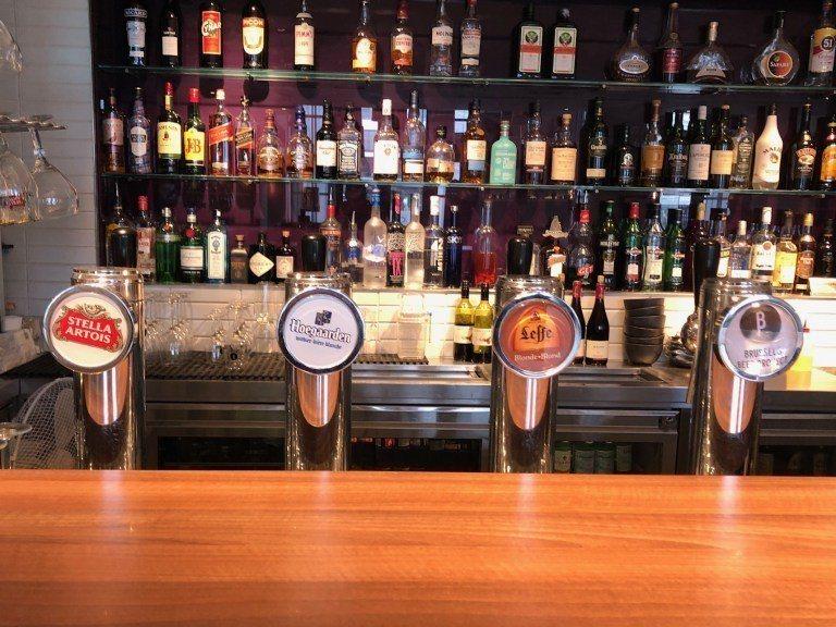使用飲料券可以選擇基本的紅酒、白酒,也可以選擇這幾款比利時當地產的生啤酒 圖文來...
