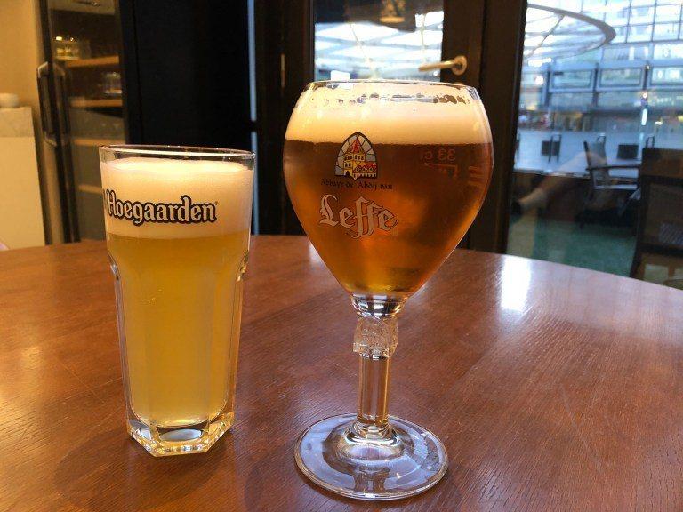 說啤酒是比利時的國飲,真是不為過,Bar Tender 對於啤酒杯非常講究,我們...
