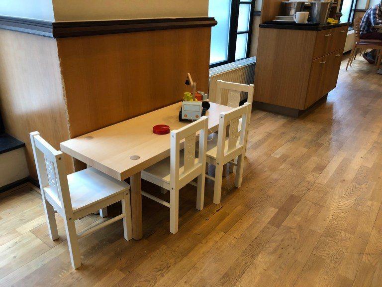 餐廳一角還設有小朋友專用桌椅,旁邊也有一些簡單的小玩具 圖文來自於:TripPl...