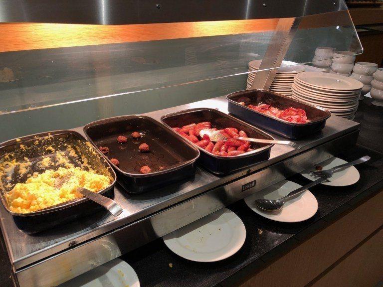 熱食選項並不是很多,就是基本的炒蛋、香腸、肉丸、培根。但旁邊的水果和生菜沙拉相當...