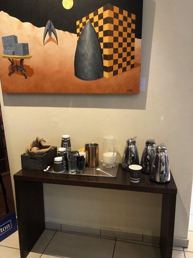 餐廳門外電梯旁,也準備有咖啡和麵包,這些是任何酒店客人都可以享用的 圖文來自於:...