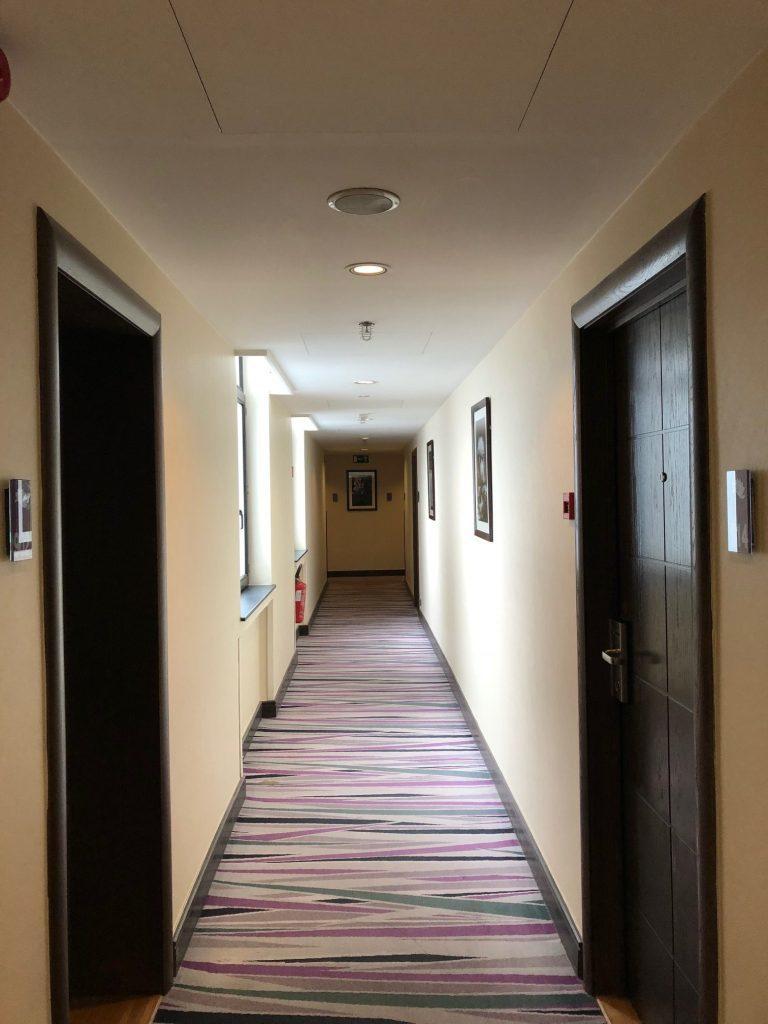 Hilton Brussels City 九樓走廊,使用木質房門,質感不錯 圖文...