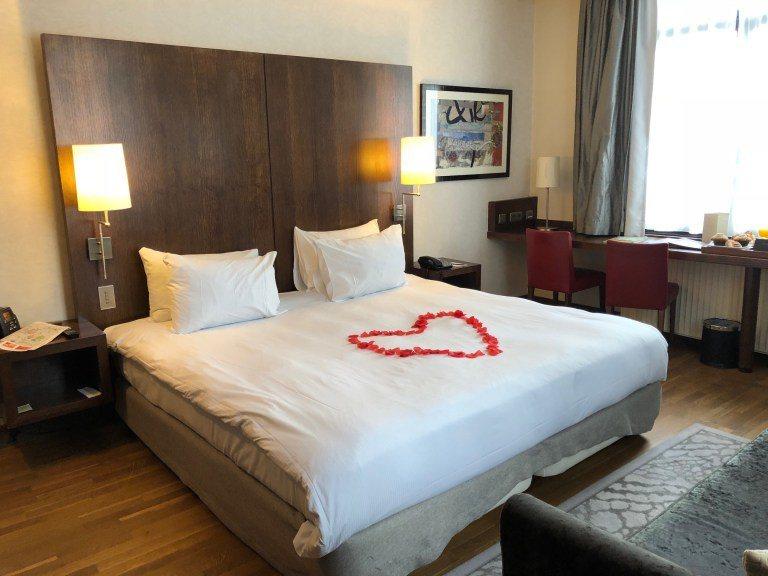 一進房門,看到酒店用假玫瑰花瓣排成心型歡迎我們入住,沒想他們這麼認真對待我的狗腿...