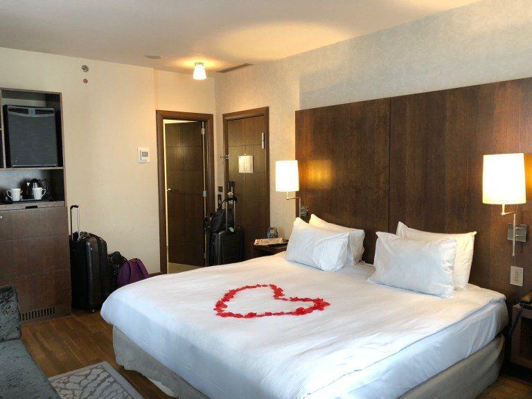 換個角度再來看一次這間 King Deluxe Room,裝潢簡單,使用的是我喜...