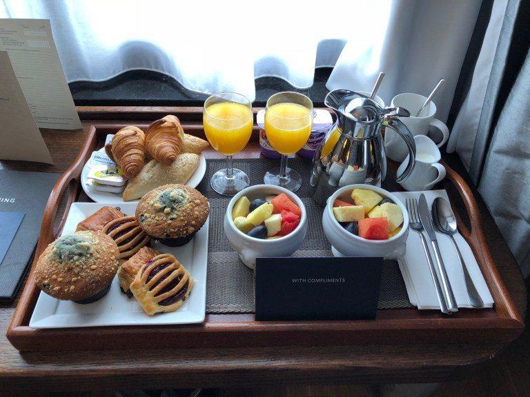 除了愛心花瓣,因為知道我們會提早入住,還特地準備了豐盛的早餐。雖然金卡會員有贈送...