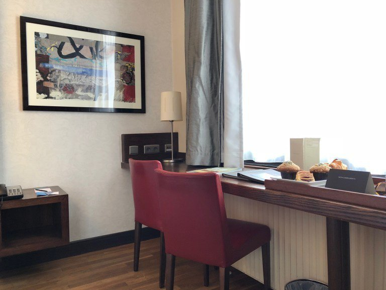 從這個角度可以看到,床邊到窗戶空間還相當寬敞,窗前有個辦公用長桌,酒店預備的早餐...
