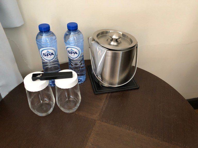 房間角落電視機旁的小餐桌上,每天都預備兩瓶飲用水 圖文來自於:TripPlus