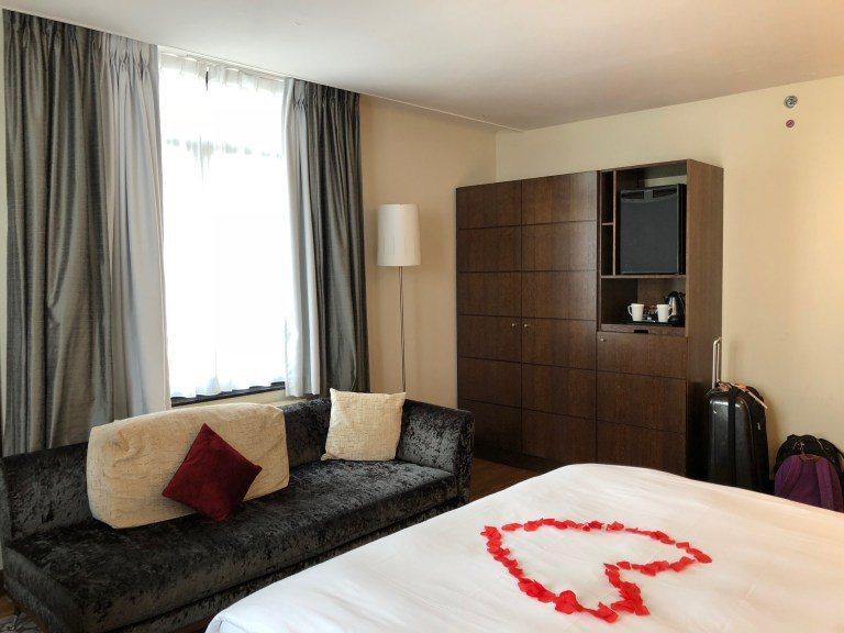 床尾有張舒適的沙發,右邊是衣櫃 圖文來自於:TripPlus