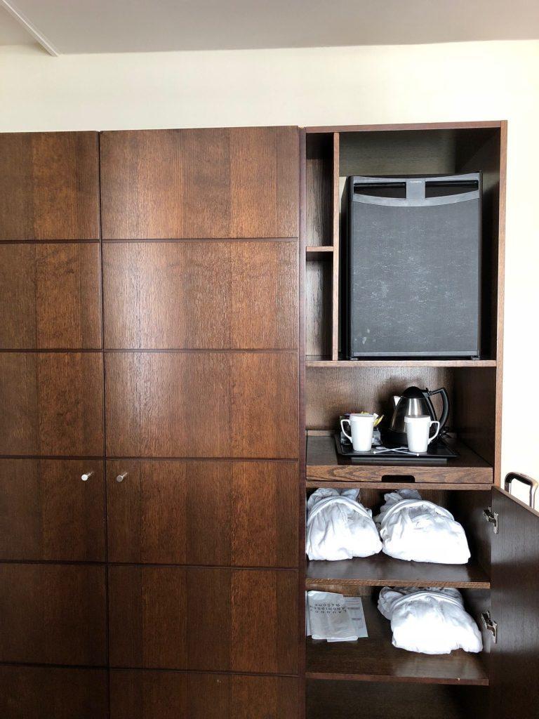 沙發旁邊是衣櫃,備有浴袍,小冰箱反而放在最上層 圖文來自於:TripPlus