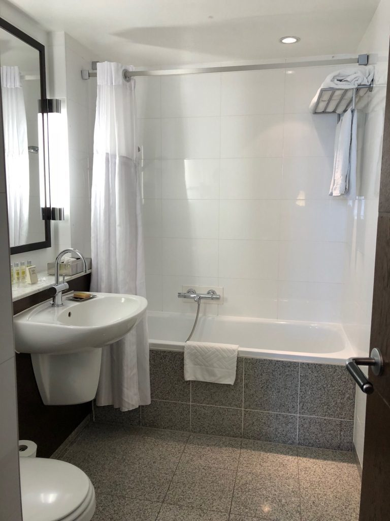 浴室並沒有特別高級的裝潢,但應有盡有,整齊乾淨 圖文來自於:TripPlus