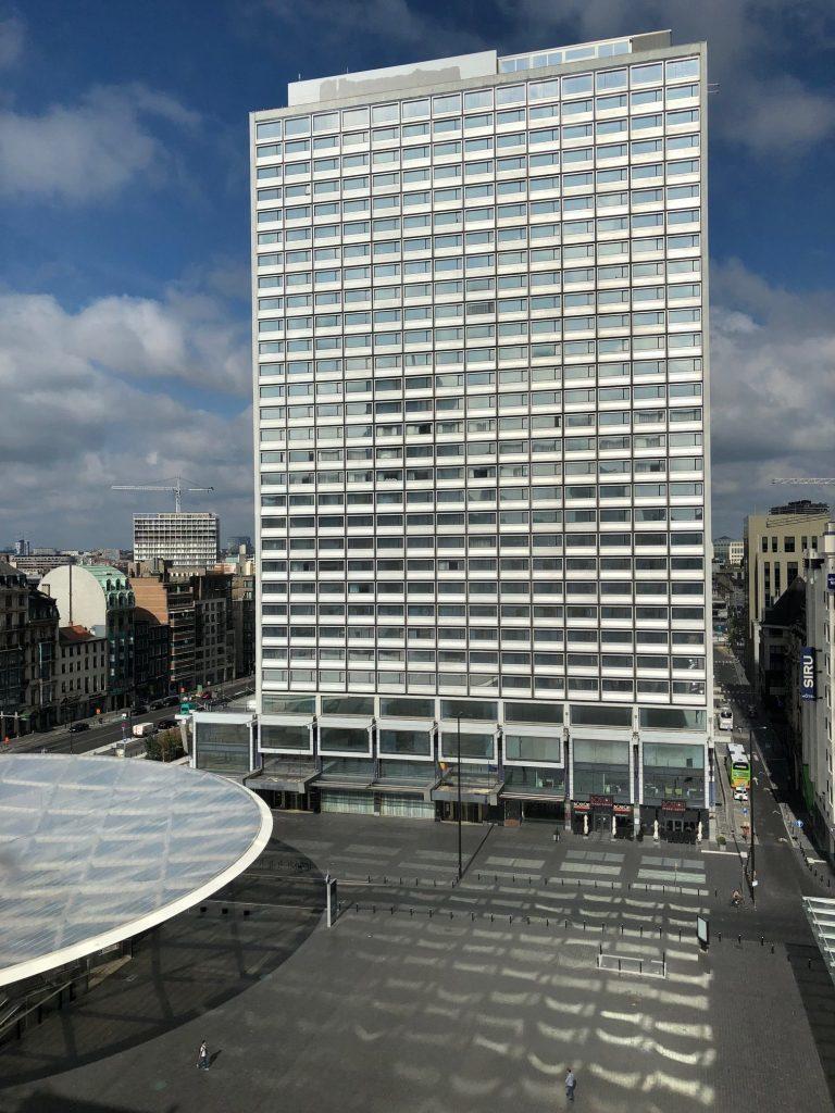 窗外的景觀,正前方是 Roger 廣場,左邊圓形屋頂下是間星巴克,正對面這棟大樓...