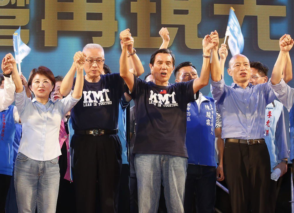 相較吳敦義(左二)遭受韓流嚴重衝擊,最不受影響的則是馬英九(右二)。 攝影/郭晉...