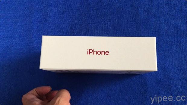 紅色 iPhone XR 包裝盒的 iPhone 字樣會閃耀紅色光芒。 圖片及資...