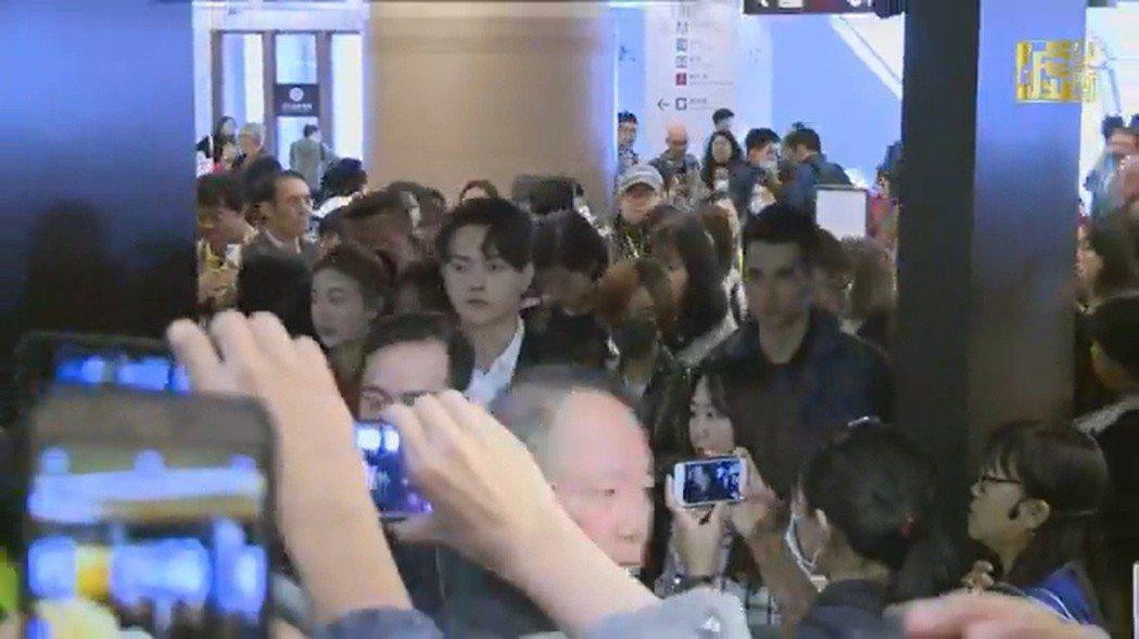 故宮入口處,攝影記者跟粉絲手機搶畫面等待「延禧」演員。圖/截圖自「噓!星聞」
